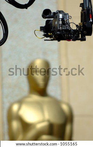 USA 2006 - Live coverage of the 78th Annual Academy Awards. Remote camera mounted on mechanic arm capturing a giant Oscar statue at the entrance of the Kodak Theatre - stock photo