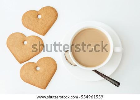 thẻ Valentine.  Ăn sáng.  Tách cà phê nóng với sữa và các tập tin cookie trên bảng trắng.  Top xem.