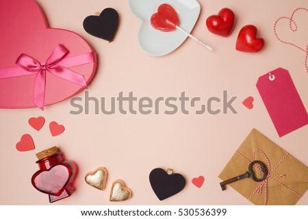 nền Ngày Valentine với các đối tượng hình trái tim.  Xem từ trên cao.  nằm phẳng