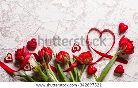 nền với trái tim và hoa tulip đỏ Ngày Valentine