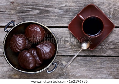 Vase with marshmallows in chocolate and coffee on a gray wooden background