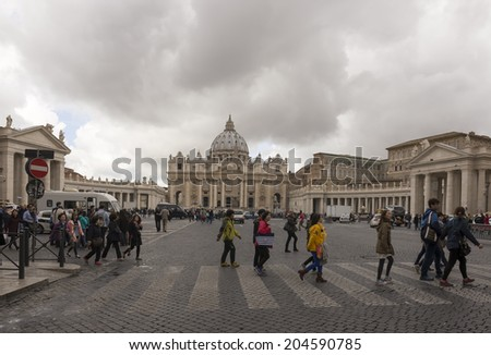 VATICAN,ITALY-APRIL 04-Tourists visiting St. Peter's Square on April 04,2014 in Vatican
