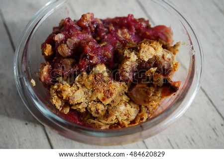 Vegan apple and berry crumble