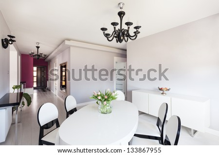 Vibrant cottage - bright interior with white table and chairs