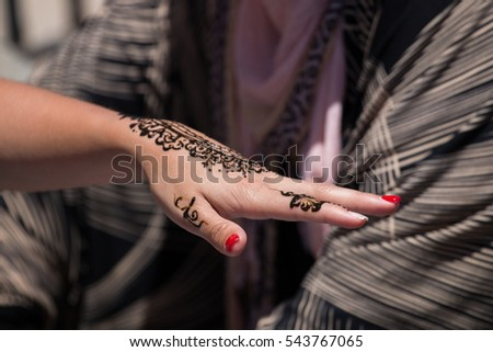 View of a henna tattoo applied over a girl's hand.