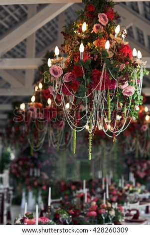 View of the chandelier with floral decoration
