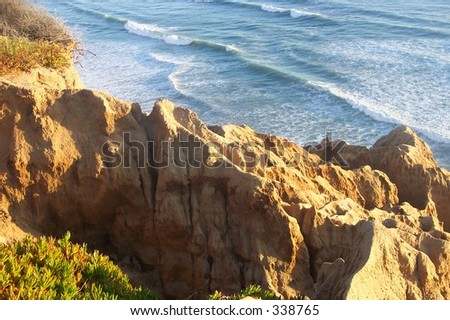 View of the Pacific Ocean from near Razor Point in Torrey Pines State Reserve in San Diego, CA.