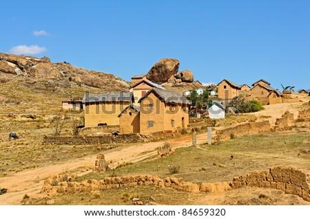 Village typique traditionnel du pays Imerina, sur la route d'Ampefy, non-loin d'Antanannarivo. - stock photo