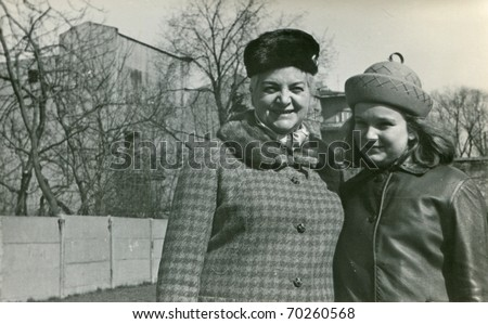 Vintage unretouched photo of mother and daughter