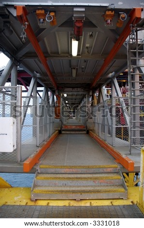 Walkway in telescoping bridge between offshore installations