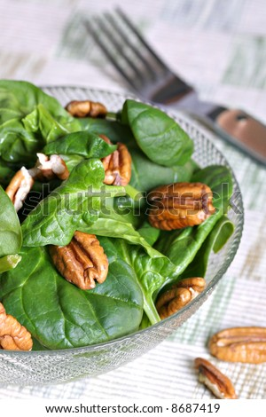 walnut and spinach salad bowl