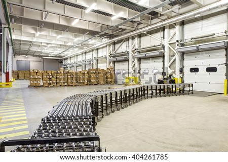 Warehouse, unloading with conveyor belt