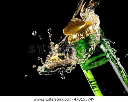 Water splash over a green beer bottle head