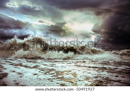 wave on the background of the majestic sky (photo) - stock photo