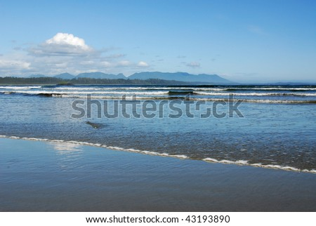 Waves on long beach at the pacific rim national park in vancouver island, british columbia, canada