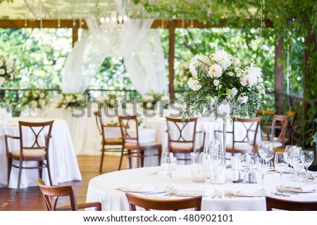 Wedding decor, table setting, floral arrangements in the restaurant.