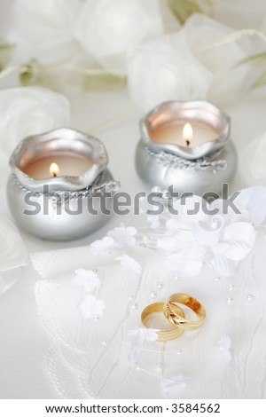 Wedding rings with roses in white