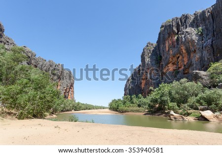 Windjana Gorge National Park is part of a 375 million-year-old Devonian reef system. Carved by the Lennard River, Windjana Gorge is over three kilometres long