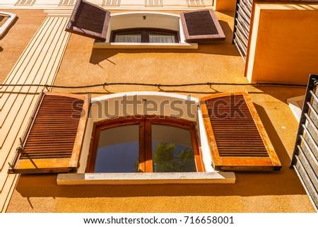 Interesting Exterior Building Stock Snímky Snímky Pro členy - Building architectural windows