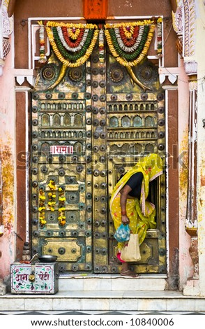 Woman and tipical indian door, Orcha's temple, Madhya Pradesh, india.