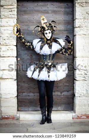 ~SÁBADO DE MARATÓN DIVAGUÍSTICO~ Venecia S. XVIII: Baile de máscaras Stock-photo-woman-as-a-jester-in-venice-italy-at-carnival-in-february-123849259
