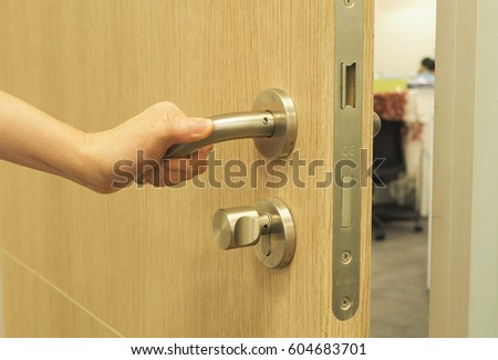 woman\u0027s hand open the private office\u0027s door with do not disturb sign on the door & Man Hand Open Door Knob Stock Photo 133893713 - Shutterstock Pezcame.Com