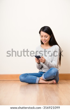 Woman use of the cellphone at home