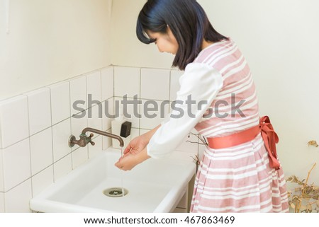 woman who washes a hand