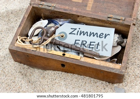"Wooden box with shells, stones, keys and Chain  with german text ""Room for Rent""/ apartment / beach holiday"
