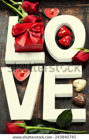chữ gỗ tạo thành chữ Love trên nền gỗ