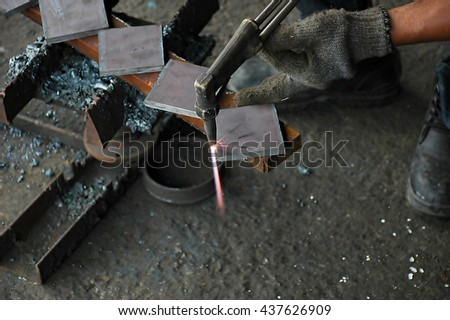 Worker cut steel with gas.