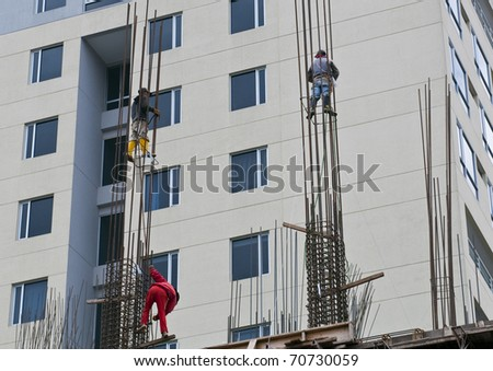 Workers to work in dangerous situation on a construction site