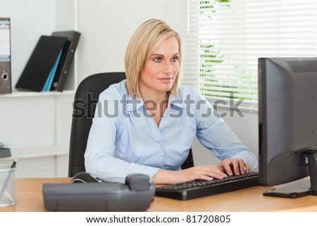 Working woman in front of a screen in an office