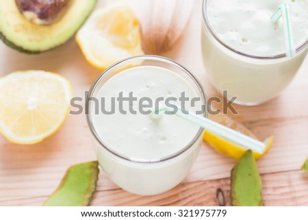 Yoghurt cocktail with avocado, lemon and honey