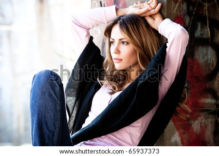 young urban woman in casual clothes  outdoor portrait