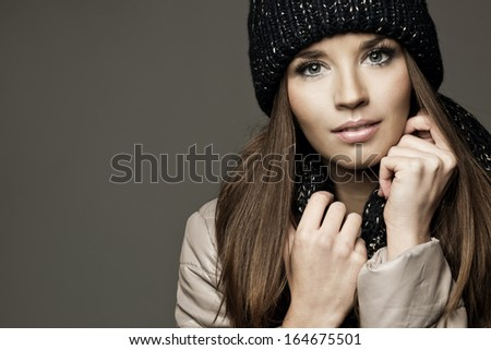 Young woman wearing cap smiling on light background. studio shot. copy space